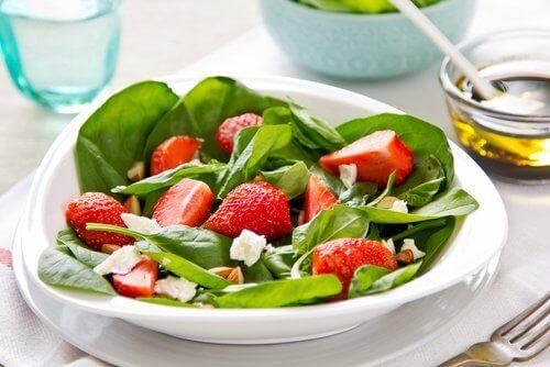 ıspanak çilek salatası