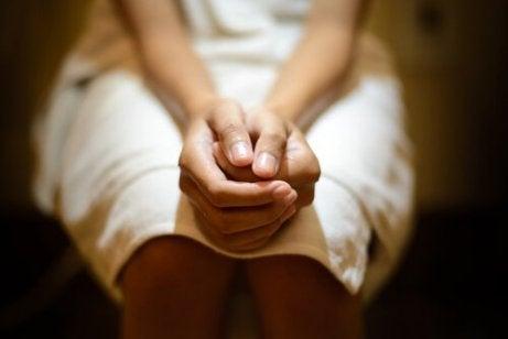 klozette oturan kadın