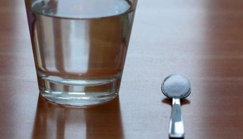 karbonat ile bir bardak su