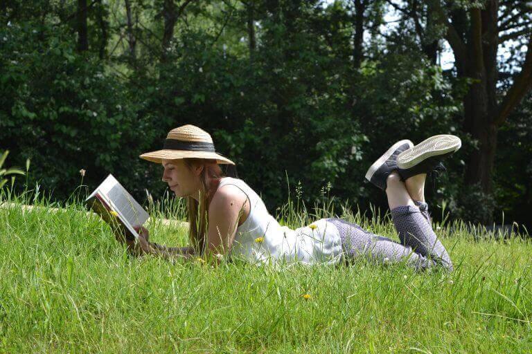 doğa ve bitki üzerinde kitap okuyan kadın