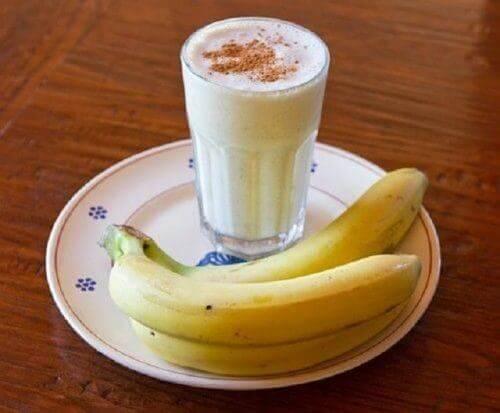 Muz, yoğurt ve tarçınlı smoothie