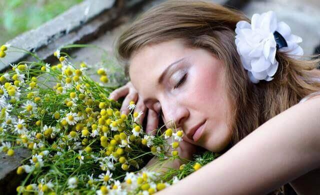 çiçeğe yatan kadın