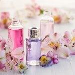 Parfüm şişeleri ve çiçekler