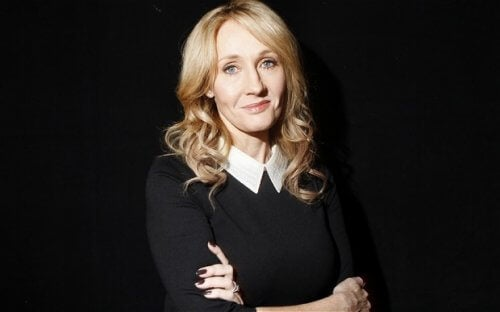 Rowling siyah arka fonda poz veriyor