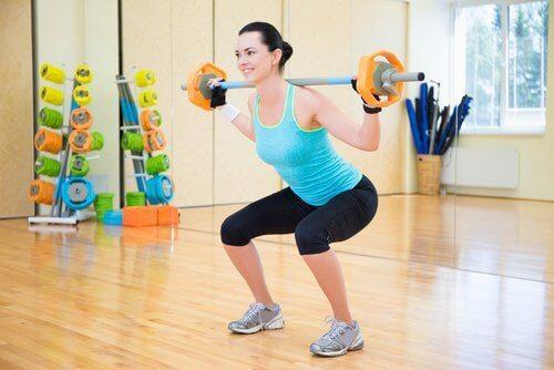 squat yapmak kalçanızı şekillendirmek için etkilidir