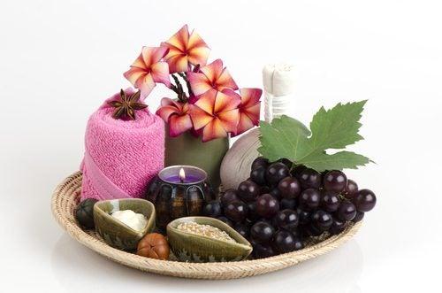Bir tabakta üzüm ve mumlar