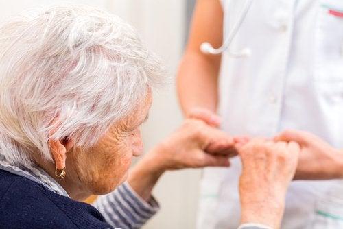 yaşlı kadının elini tutmak