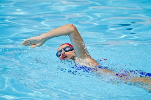 formda kalmak için yüzen kişi
