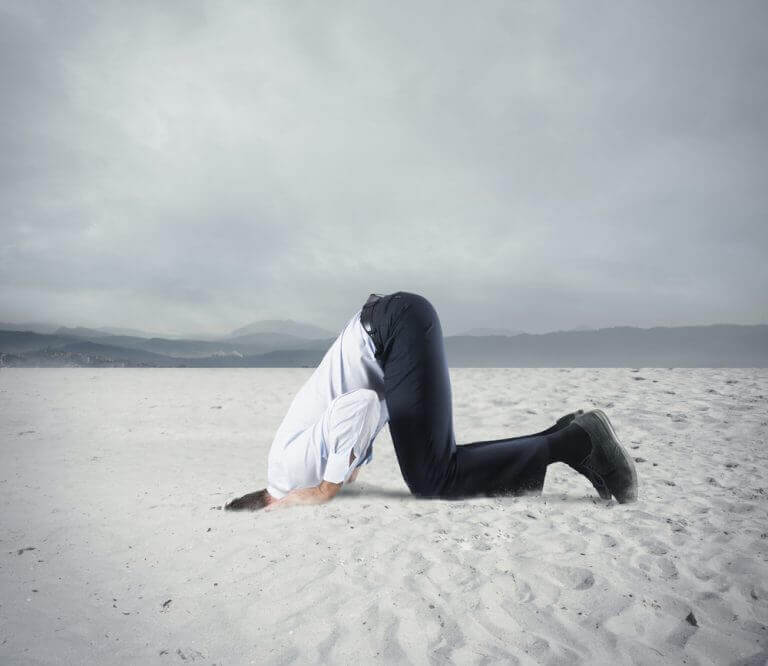 kafasını kuma gömmüş adam