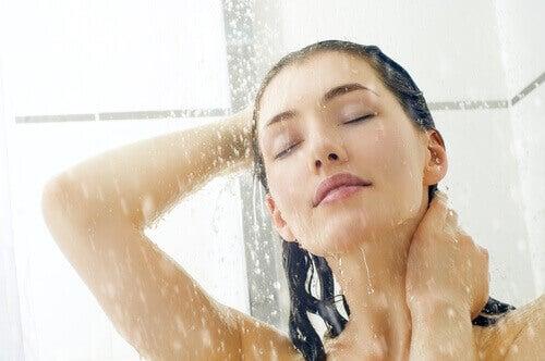 duş alan kadın