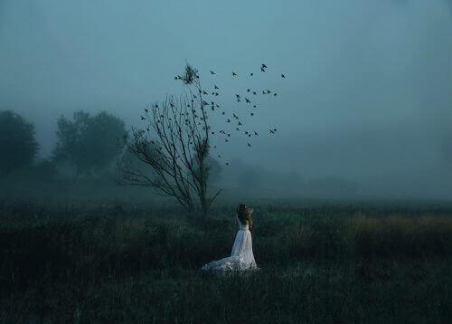 karanlıkta tek başına duran kadın