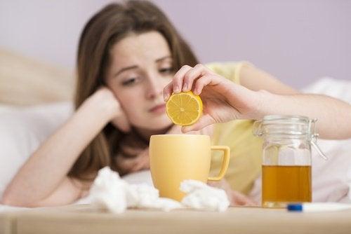 limon çayı içen kadın