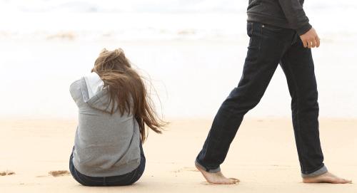 kumsalda oturan kadın