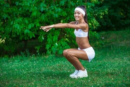 çömelmek ve squat ile vücudunuzu şekle sokun