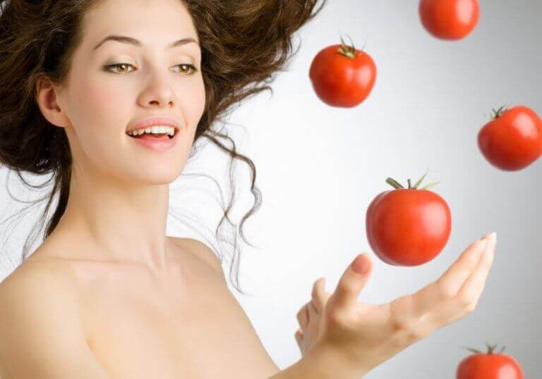 havada uçan domateslere dokunan insan
