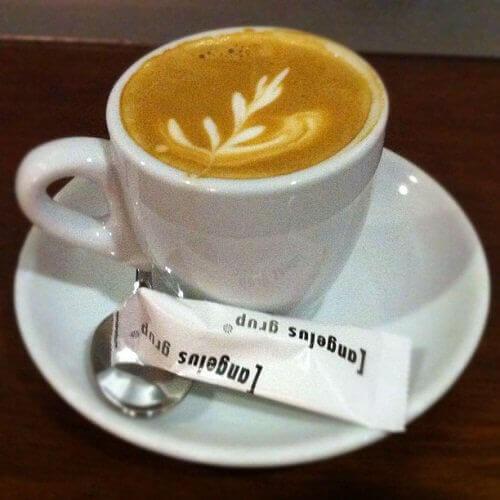 bir bardak sütlü kahve