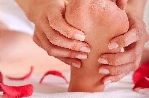 ayaklarına masaj yapan kadın