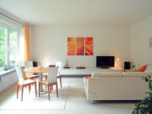 beyaz mobilyalı oda