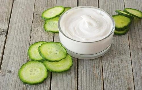 yüzünüzdeki lekeler için yoğurt ve salatalık maskesi