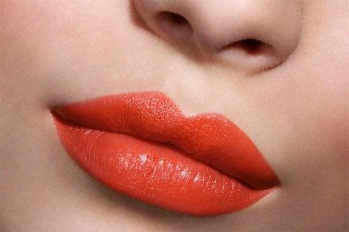 dudaklarda canlı renk ruj