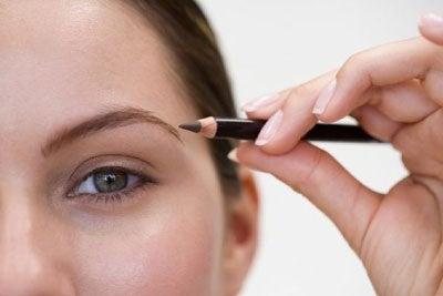 Kalın Kaşlara Sahip Olmak İsteyenler İçin 5 Kozmetik Çözüm