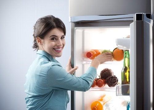 kadın ve buzdolabı