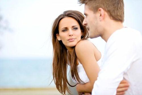 erkek ve kadın ciddi bir konuşma yaparken