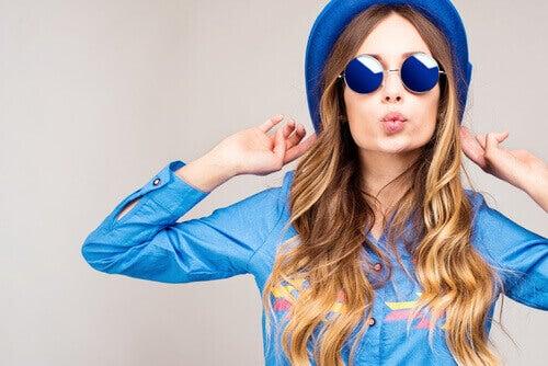 mavi renk giymiş kadın