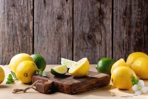 kesme tahtası üzerindeki limon