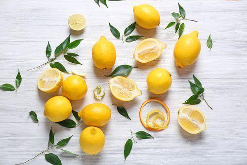 Limonlar ve yapraklar