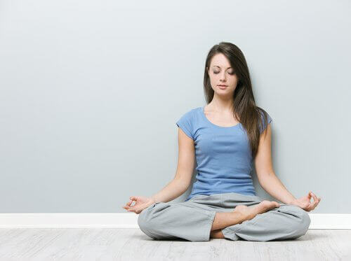 kadın, boyun ağrısını azaltmak için yoga yapıyor