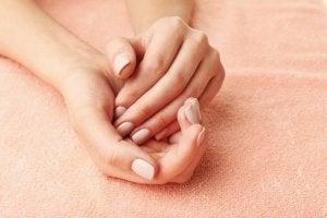 manikürlü eller