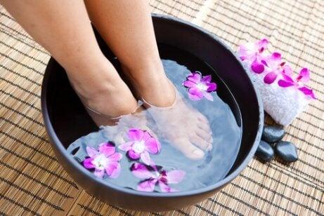 çiçekli ayak banyosu