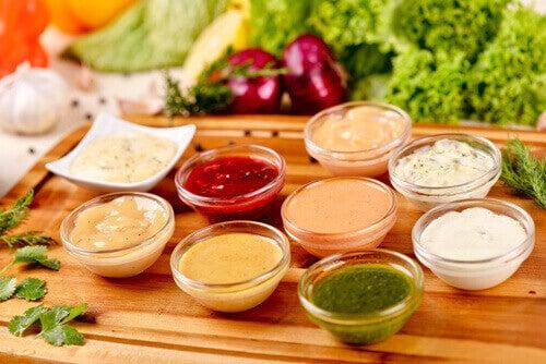 küçük kaplarda salata sosları