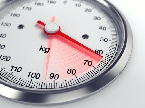 63 kiloyu gösteren tartı
