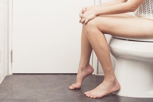 tuvalette oturan kadın