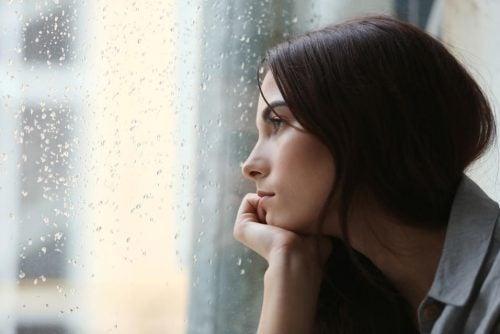 pencereden dışarı bakan kadın