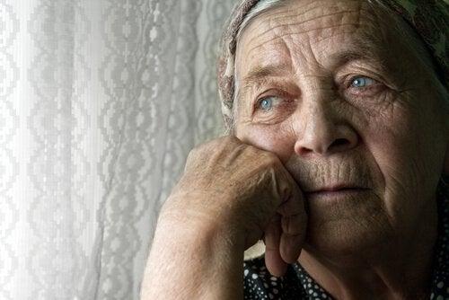 düşünceli yaşlı kadın