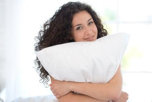 yastık tutan kadın