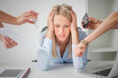 işler yüzünden strese girmiş kadın