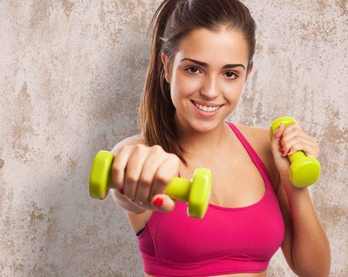 ağırlık ile spor yapan kadın