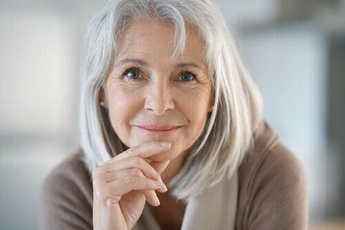 saçları beyazlamış kadın