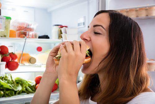 buzdolabı önünde yemek