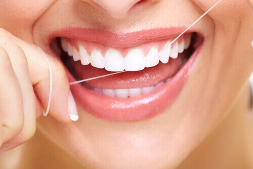 Dişlerini temizleyen kadın