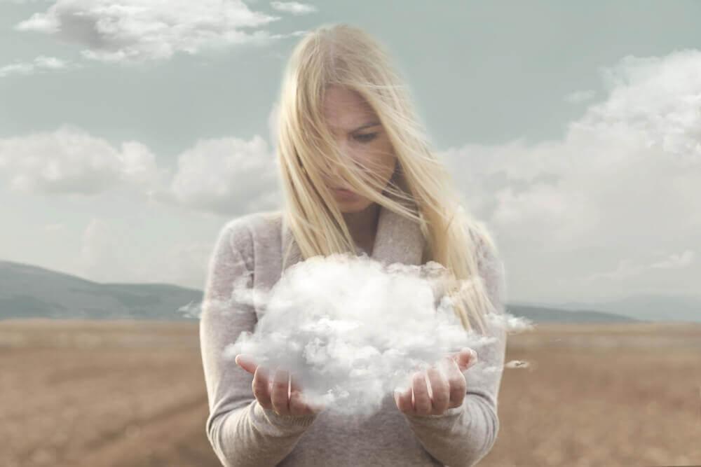 elinde bulut olan kadın