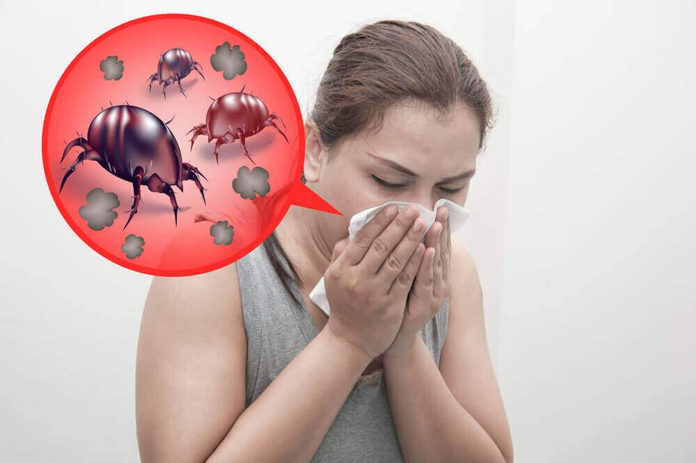 alerjiden hapşıran kadın