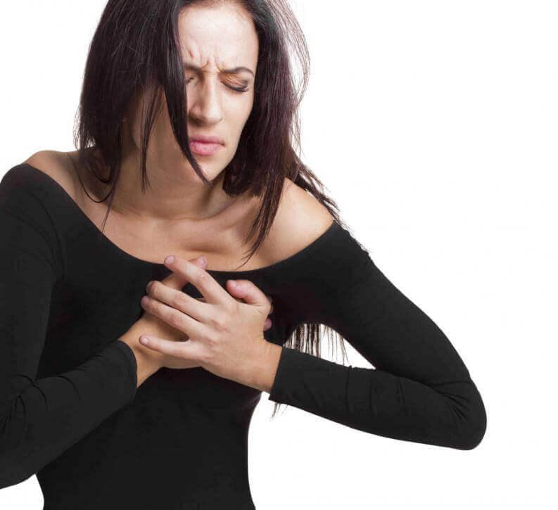 kalbini tutan kadın