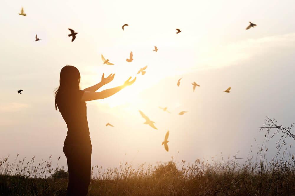 uçan kuşlara bakan kadın