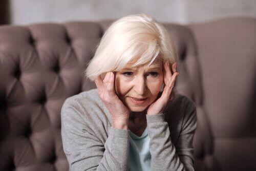 nörodejeneratif hastalıktan muzdarip kadın