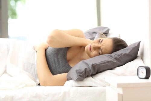 yatakta boynu ağrıyan kadın